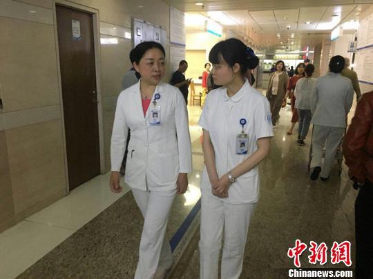 杨琳与护士长葛秋华在一起巡房。 楼子璇 摄