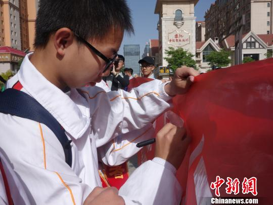 西宁开展志愿服务活动万名师生志愿者参与