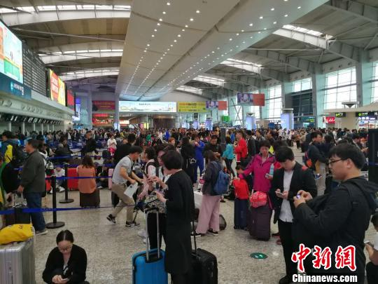 大连机场启动大面积航延黄色预警。 杨毅 摄