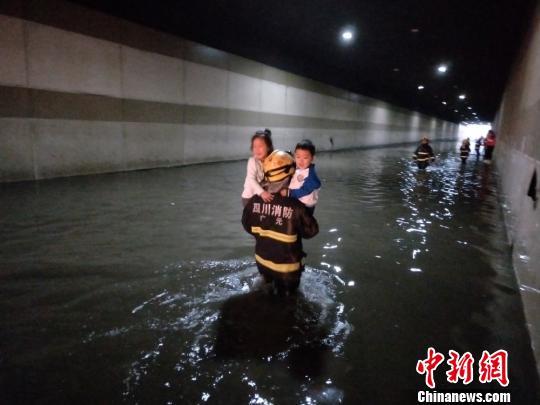 四川广元暴雨致校车被困 消防救出20余名学生