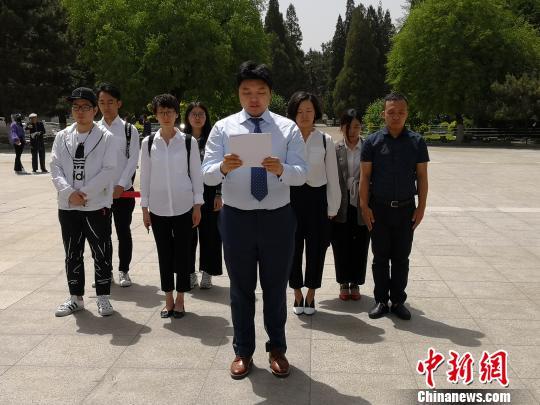 """""""暴走漫画""""CEO任剑带领团队在董存瑞烈士纪念碑前读道歉信。 张桂芹 摄"""