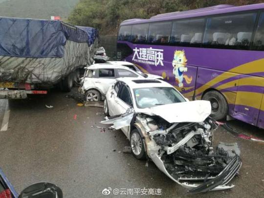 图为涉事追尾车辆。图片来源:云南省公安厅交通警察总队高速公路交巡警支队官方微博