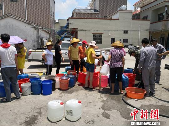 广东惠东黄埠干旱缺水 边防民警街头送水