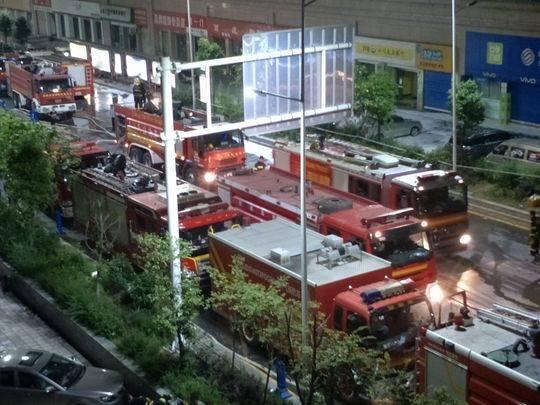 火灾现场随时待命的消防车