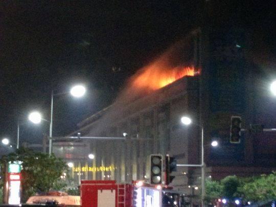 火灾现场再起明火,消防官兵正在灭火