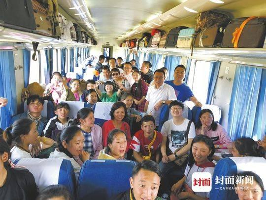 四川老师千里送考,陪85名玉树什邡班学生回家高考。(图片由受访者提供)