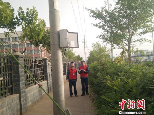 地震发生后,国家电网天山雪莲(和田)共产党员服务队紧急巡视供电线路设备,检查高考考点供电情况。截至目前,新疆和田电网运行正常,和田地区627个考场供电没有受到影响。 包彦兵 摄