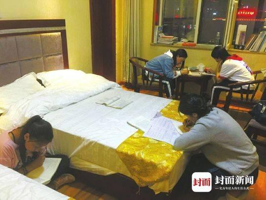 高考前夜,玉树什邡班的考生们在宾馆抓紧时间复习。