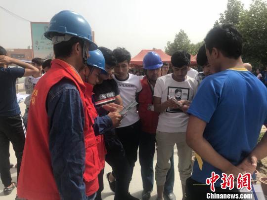 7日凌晨,新疆皮山县发生4.9级地震,和田考场供电正常。考生走出考场,接受供电公司服务队的服务。 周小艺 摄