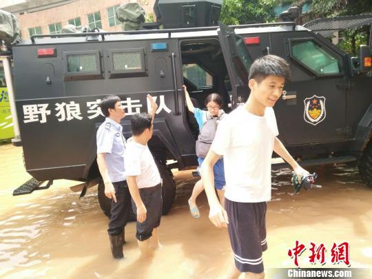 广东惠州普降暴雨 致使多地被淹和中小学停课