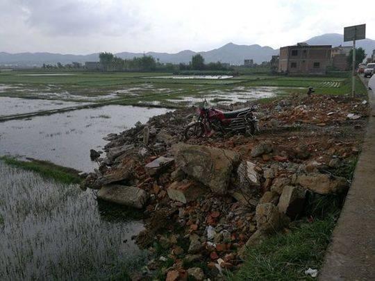 图2:路边随意堆放的建筑垃圾。