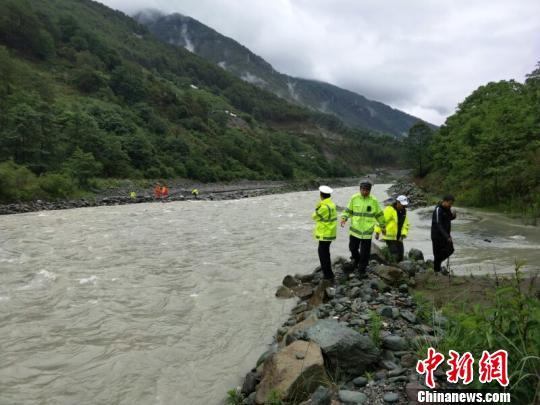 图为工作人员在现场救援。