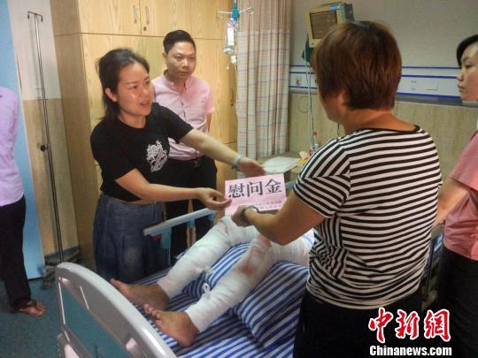 图为贵港市港南区桥圩镇官员到医院看望和慰问伤者。 谭天力 摄