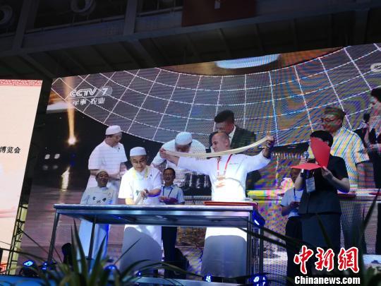 6月23日,2018中国面条博览会在兰州启幕。开幕式上,兰州牛肉面第四代传人马文斌现场表演了拉面绝活。 杨娜 摄