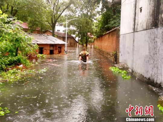 暴雨致湖北咸宁多处内涝 消防官兵营救疏散被困人员