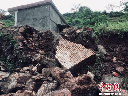 7月10日至11日,强降雨侵袭甘肃陇南市武都区,导致当地出现洪涝灾害,许多道路、农田、民房被冲毁,共造成126220人受灾,直接经济损失71517.2万元。  李腊梅 摄
