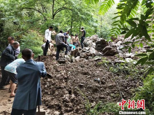图为甘肃陇南市武都区民众抢修通村道路。 李腊梅 摄