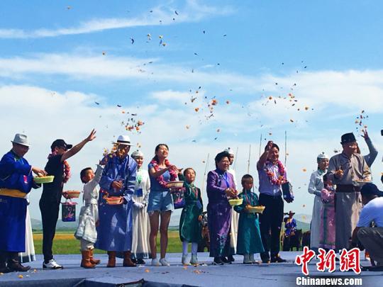 内蒙古花季旅游・金莲川赏花节开幕 金莲花海吸引中外游客