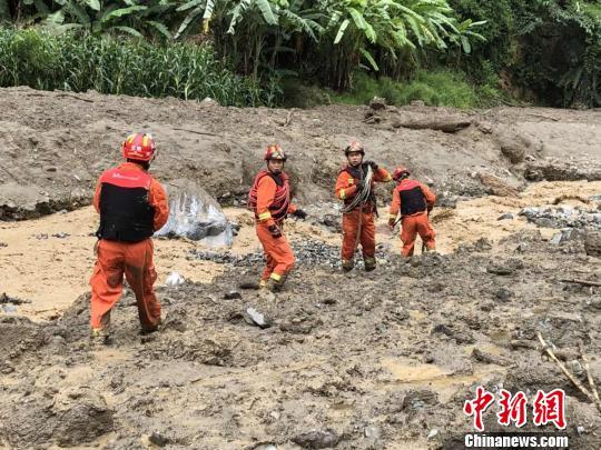 图为消防官兵开展救援。 刘玉鲁 摄