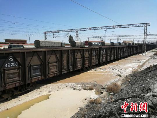 截至8月21日9时,受兰新线、兰青线水害影响,中国铁路兰州局集团有限公司近100列客货列车出现不同程度晚点。 杞民 摄