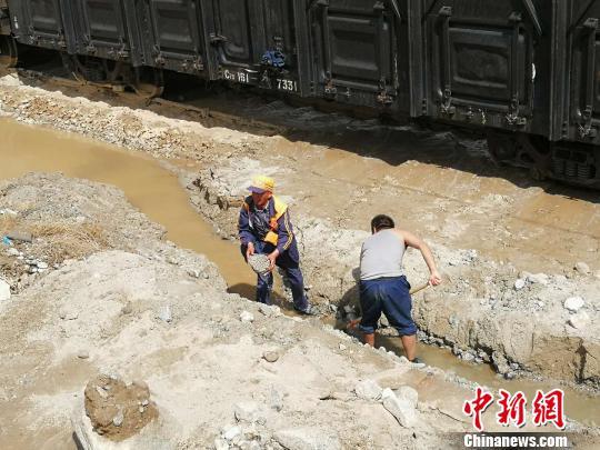 图为中国铁路兰州局集团有限公司嘉峪关工务段职工整治水害。 杞民 摄