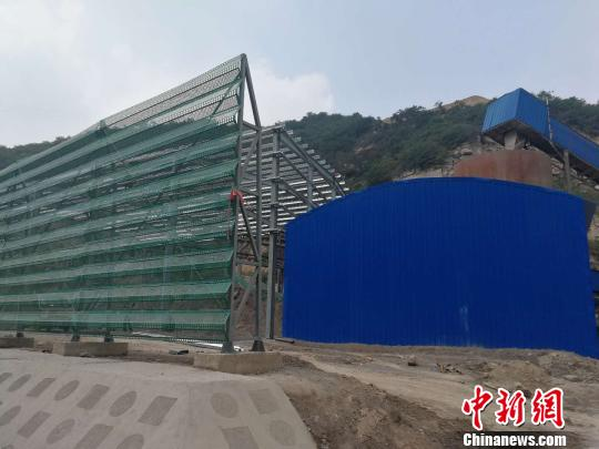 工人们正在完善一厂的防尘设备。但据杨家庄镇国土资源所所长范箭飞介绍,该公司并未取得相关土地使用证件。 范丽芳 摄
