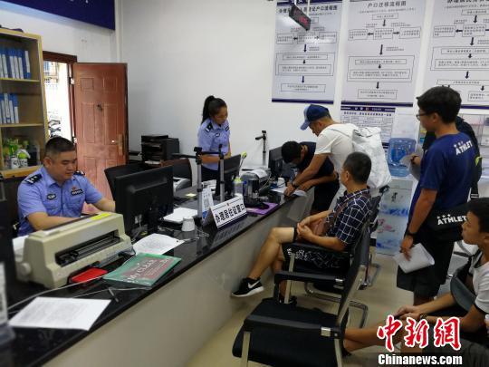 在北海投资、就业的台胞到该市公安局公园派出所办理台湾居民居住证。 翟李强 摄