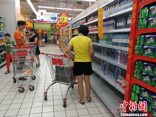 """台风""""山竹""""逼近 广西北海饮用水和方便面销量剧增"""