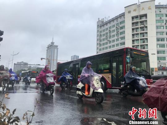 """广西抗击台风""""山竹""""转移近31万人 数百乡镇现强降雨"""