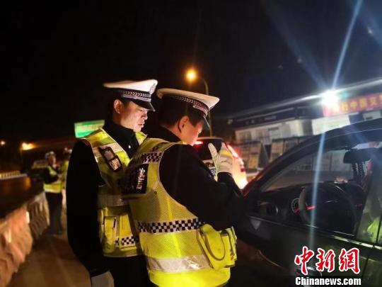 """图为云南警方开展整治严重交通违法行为""""百日攻坚""""专项行动。云南警方供图"""