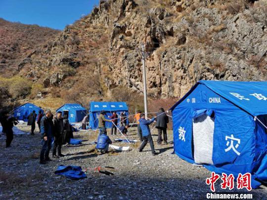 救援人员正在搭建帐篷。 刘忠俊 摄