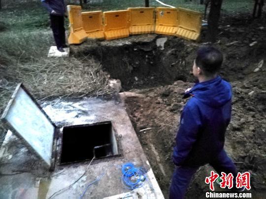 学校蓄水池附近正在施工,杀菌消毒并取样化验。 朱志庚 摄