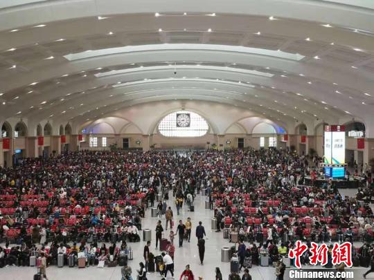 图为哈尔滨火车站候车大厅。(哈铁提供)