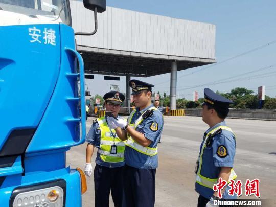 图为交通主管部门检查车辆。江苏省交通厅 供图