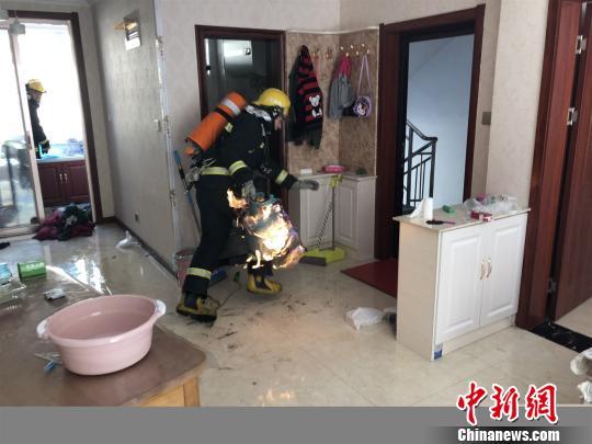 山西消防员拎起喷火气罐冲下四楼