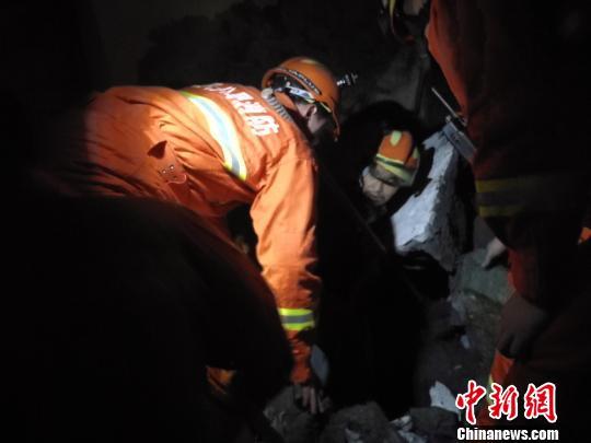 湖北一民房坍塌居民被困 消防员