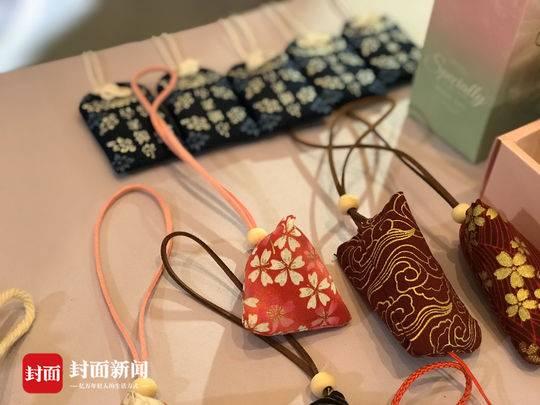 四川大学生爱心义卖非遗作品,为乡村小学捐赠图书角