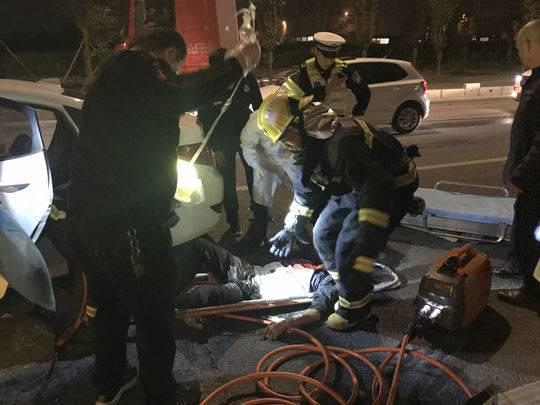 小车追尾货车司机被卡 消防7分钟紧急救援