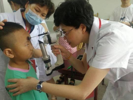 """""""亮眼护瞳工程""""走进自贡沿滩 为800余名小学生开展视力检测筛查"""