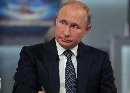 俄罗斯总统普京参加电视直播连线节目。(图片来源:路透社)