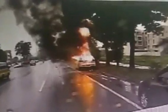 15日傍晚,台湾云林县斗六市棒球场附近,一辆车起火。(图片来源:台媒)