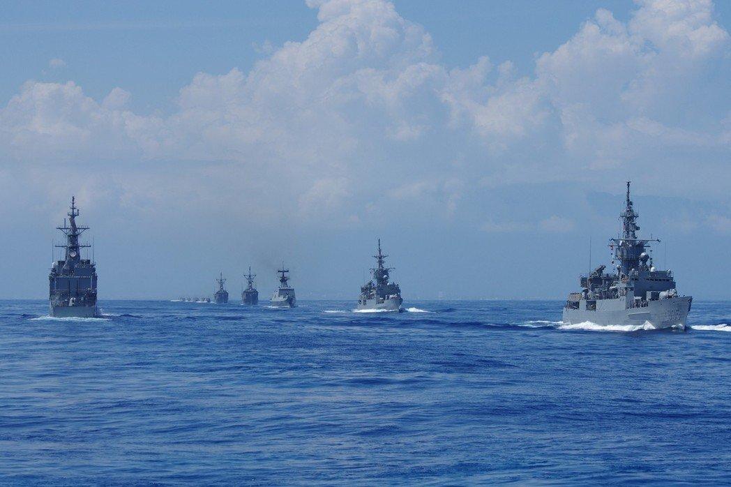 马英九检阅台军舰队照片:连护卫舰都凑不出几艘,远处是一长串小艇