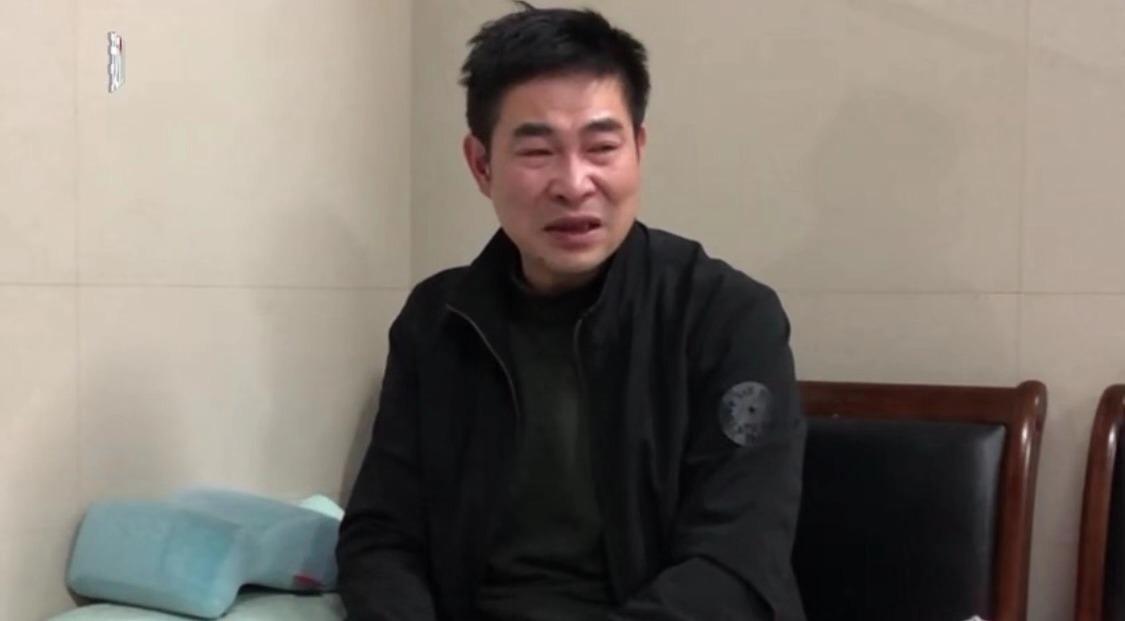 """一审判决后,叶万焕重新收拾自己的外貌,希望能体面送叶星最后一程。 新京报""""我们视频""""截图"""