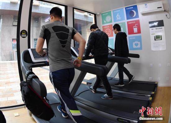 """3月31日健身""""集装箱""""现身成都,图为民众在健身""""集装箱""""内锻炼。安源 摄"""