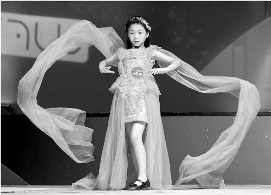去年8月5日,为期?#25945;?#30340;2018中国超级童模精英赛总决赛在重庆落幕。 新华社 资料图