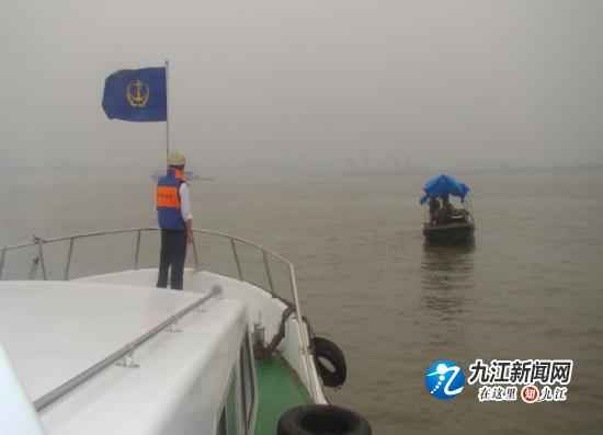 九江海事局新港处及时驱赶碍航渔船