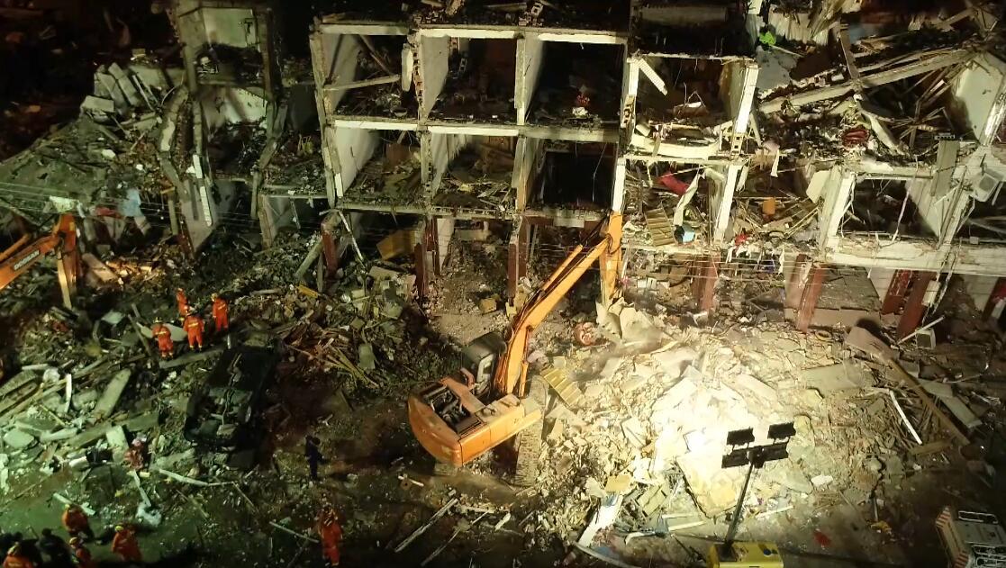 天富温岭槽罐车爆炸事故现场救援工作彻夜天富进行图片