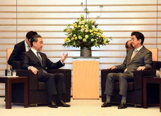 ▲4月16日,日本首相安倍晋三在东京会见国务委员兼外交部长王毅。(外交部网站)