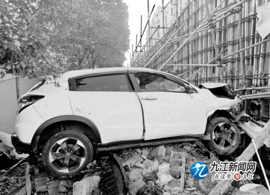 【暖新闻·江西2019】九江德化支路三车相撞 越野车车头面目全非 现场不少市民参加救援