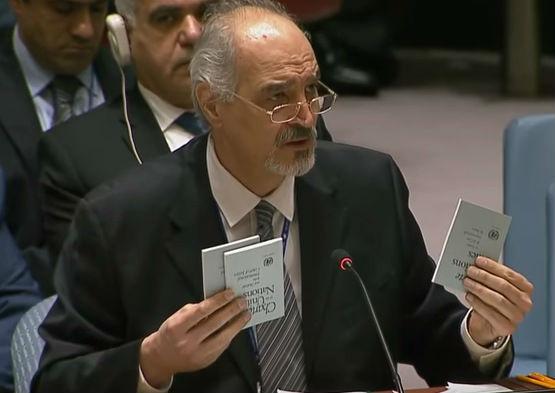 贾法里在安理会上拿出三本《联合国宪章》